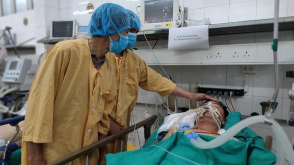 Bố mẹ Hoàng Văn Phong đau đớn tạm biệt con trai. Ảnh Bệnh viện cung cấp.