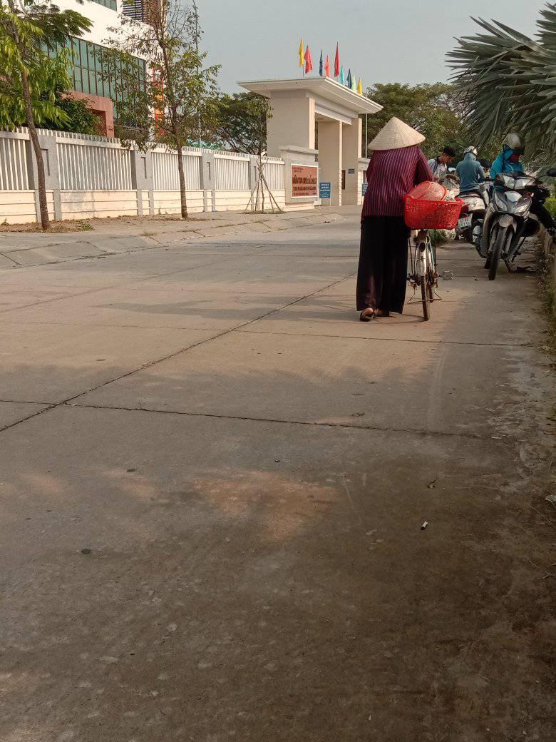 Hình ảnh bà cụ dắt xe đạp cũ đi bán chuối khiến nhiều người xót xa.