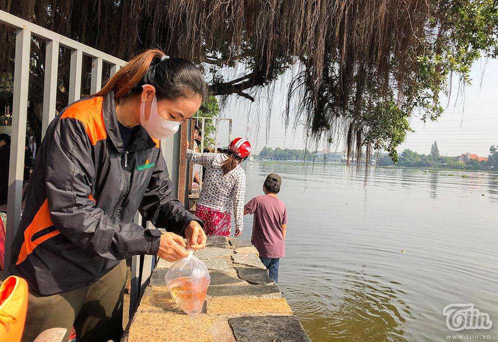 Sáng 4/2, nhiều người dân đến tại chùa Diệu Pháp, quận Bình Thạnh hành lễ và thả cá phóng sinh trong ngày đưa ông Táo về trời.