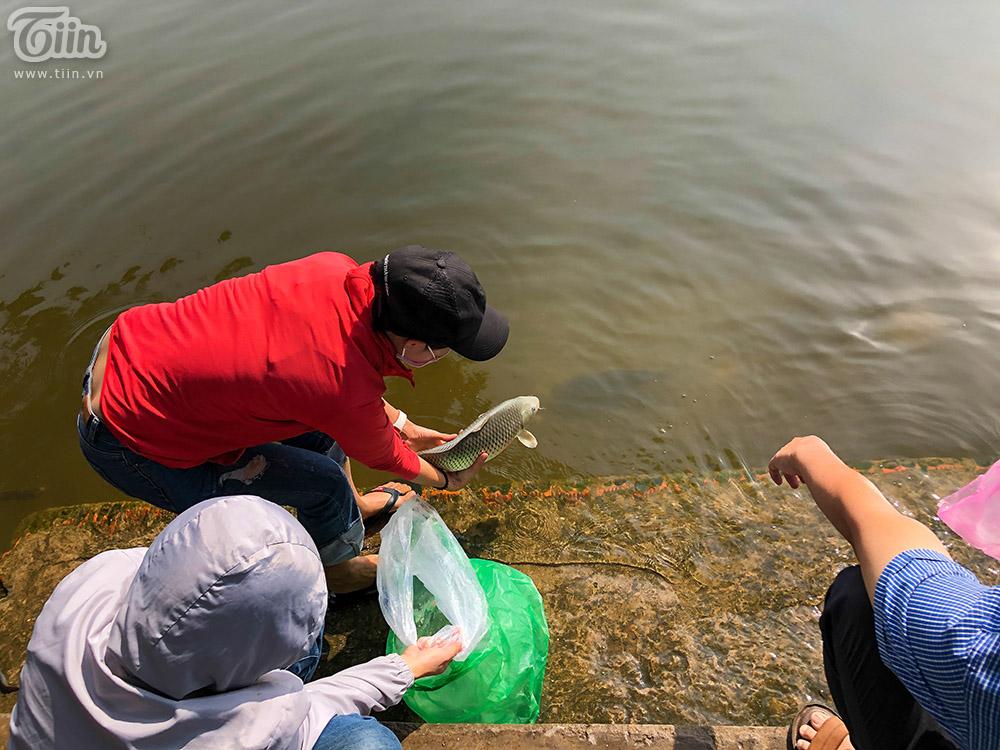 Nhiều giỏ cá cỡ lớn được người dân mang đến để phóng sanh, thả xuống sông Sài Gòn.