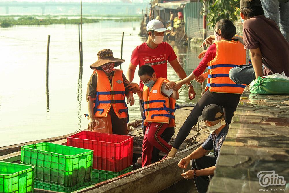 Chùm ảnh: Người dân Sài Gòn thuê ghe ra giữa sông thả cá, tránh tình trạng bị chích điện 7