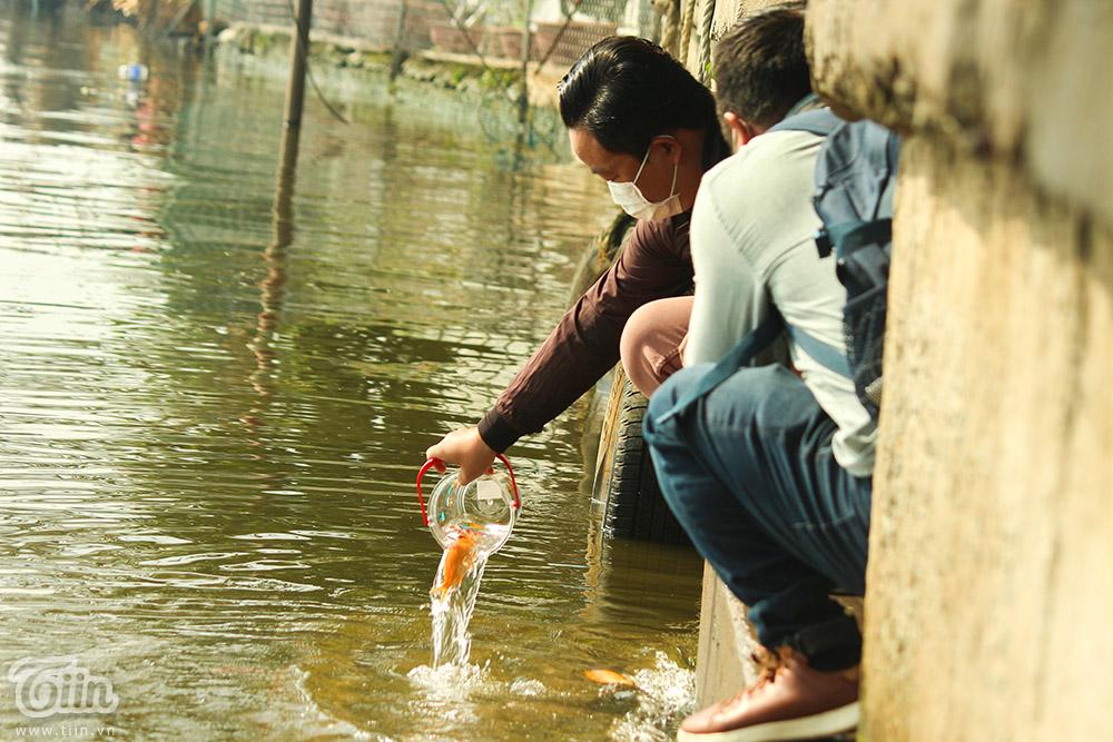 Người dân thả cá về trời với ước nguyện một năm an lành, bình yên.