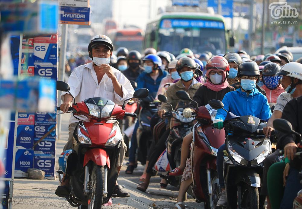 Dòng ngườitrở lại TP.HCM sau kỳ nghỉ Tết: Xe hư giữa đường, bất lực vừa tìm chỗ sửa vừa thoát khỏi đám đông 1