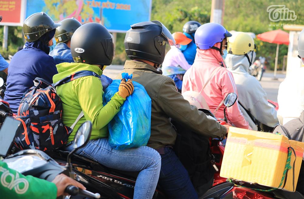 Dòng ngườitrở lại TP.HCM sau kỳ nghỉ Tết: Xe hư giữa đường, bất lực vừa tìm chỗ sửa vừa thoát khỏi đám đông 6