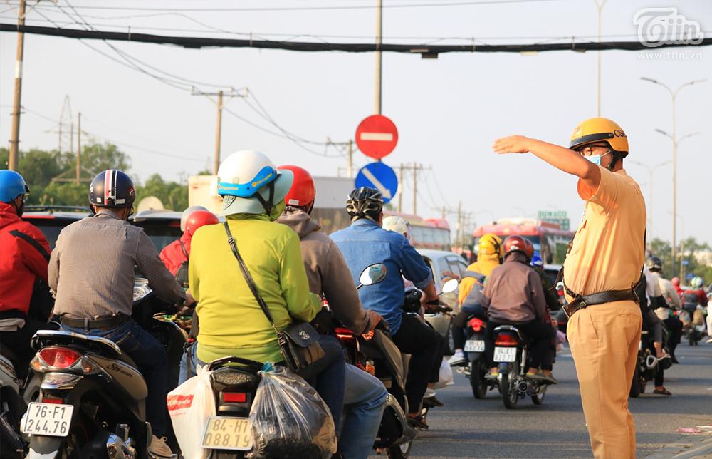 Dòng ngườitrở lại TP.HCM sau kỳ nghỉ Tết: Xe hư giữa đường, bất lực vừa tìm chỗ sửa vừa thoát khỏi đám đông 3