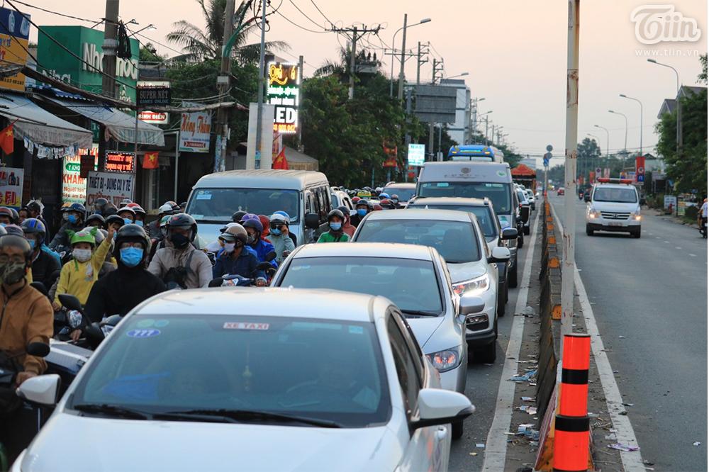 Dòng ngườitrở lại TP.HCM sau kỳ nghỉ Tết: Xe hư giữa đường, bất lực vừa tìm chỗ sửa vừa thoát khỏi đám đông 4
