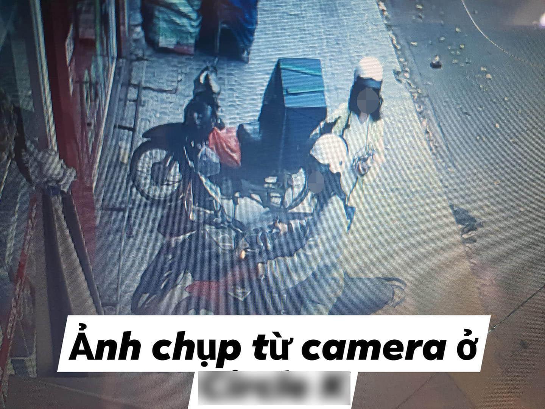 Hình ảnh trộm mũ của 2 bạn trẻ gây phẫn nộ.