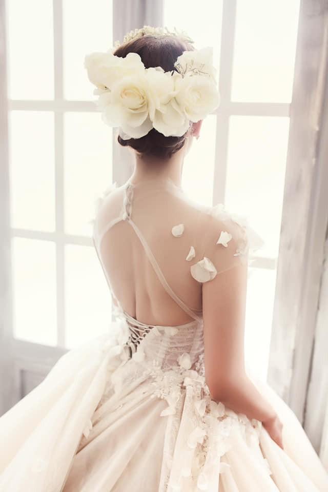 Khánh Thi xinh đẹp trong loạt ảnh cưới được đăng tải.