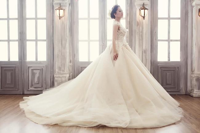 Vẻ đẹp yêu kiều của Khánh Thi khi mặc váy cưới.