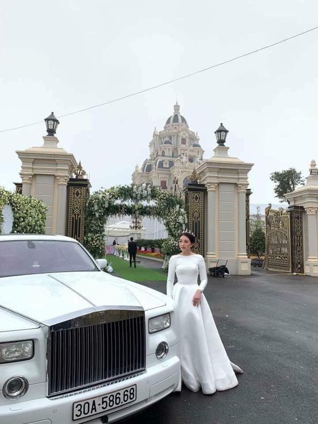 Cô dâu như 1 nàng công chúa lộng lẫy trước tòa lâu đài tráng lệ.