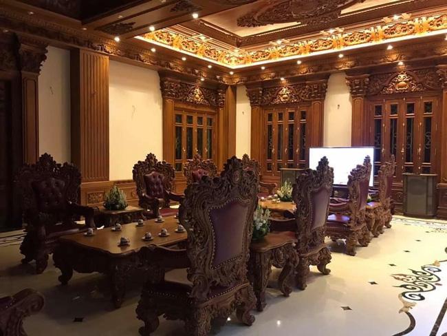 Nội thất được thiết kế sang trọng, thể hiện gia thế và sự giàu có của gia chủ.