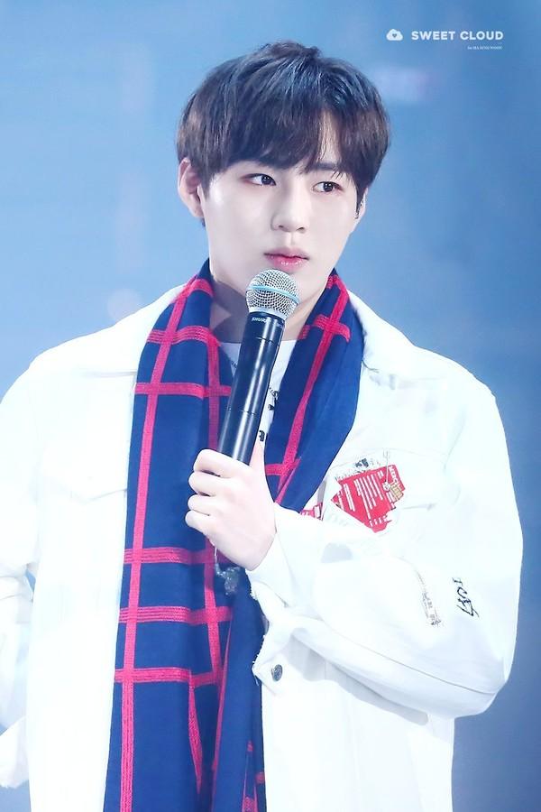 Chàng trai Ha Sungwoon.