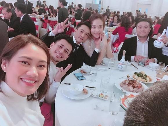 Vợ chồng Pông Chuẩn – Tùng Min cùng cặp đôi Đàm Thu Trang – Cường Ddoola chụp ảnh thân thiết trong hôn lễ của một người bạn.
