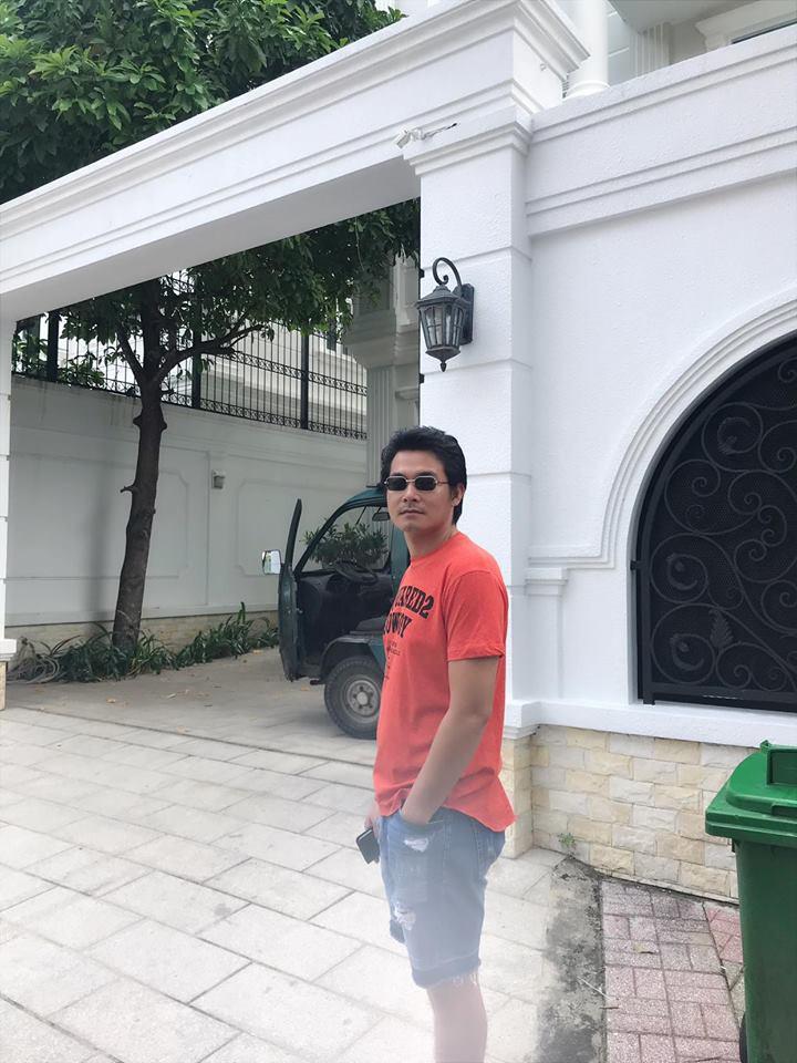 Quách Ngọc Ngoan tạo dáng trước căn biệt thự của Phượng Chanel. Chỉ nhìn mỗi cổng gara để xe thôi cũng đủ mường tượng ra độ hoành tráng của ngôi nhà.