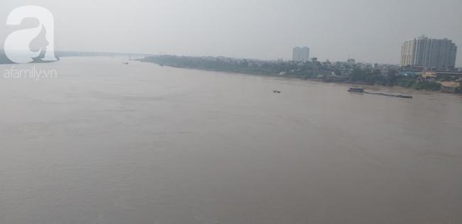 Hiện tại trên sông Hồng luôn có chiếc thuyền thả lưới để tìm kiếm nạn nhân.