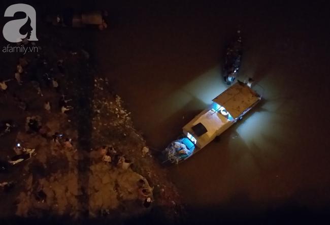 Chiếc thuyền tìm kiếm nạn nhân dưới cầu Vĩnh Tuy.