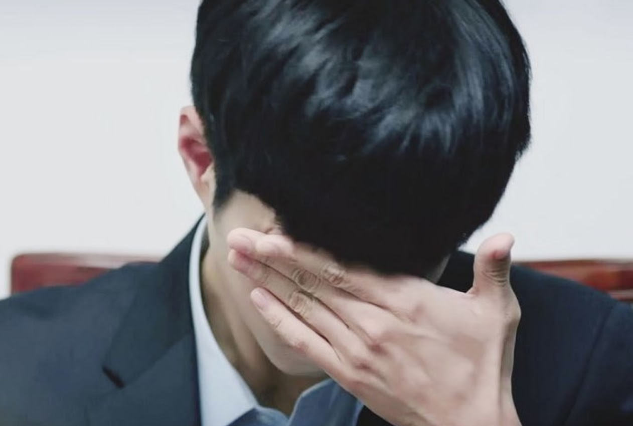 Bàn tay lớn của Park Bo Gum.