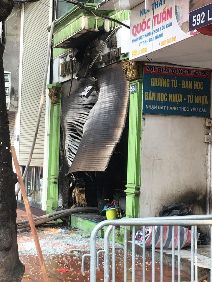 Hà Nội: Cháy cửa hàng trên phố Đê La Thành, hàng chục người nhảy xuống mái tôn nhà hàng xóm để thoát thân 1