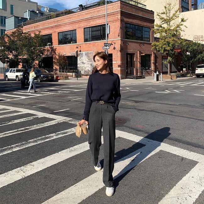 Áo len mỏng với kiểu dáng cùng màu sắc đơn giản là món đồ được lựa chọn khá nhiều khi trời sang Thu, bạn có thể chọn cách mix năng động với quần jeans, hay thanh lịch bằng cách sơ vin cùng quần âu như cô nàng này.