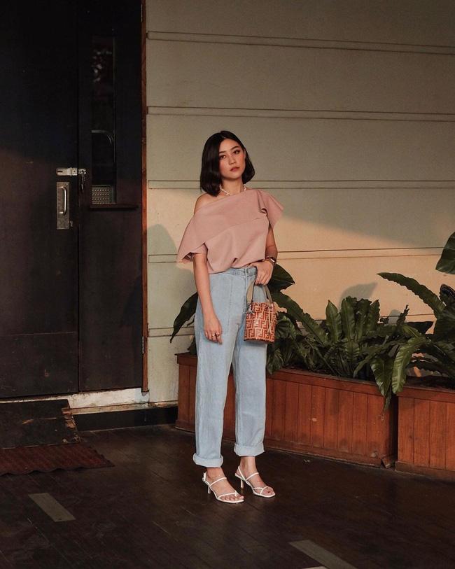 Cô nàng này có cách kết hợp khá trẻ trung, chiếc áo blouse kiểu cách xem ra rất ăn ý khi mix cùng quần jeans và sandals cao gót.