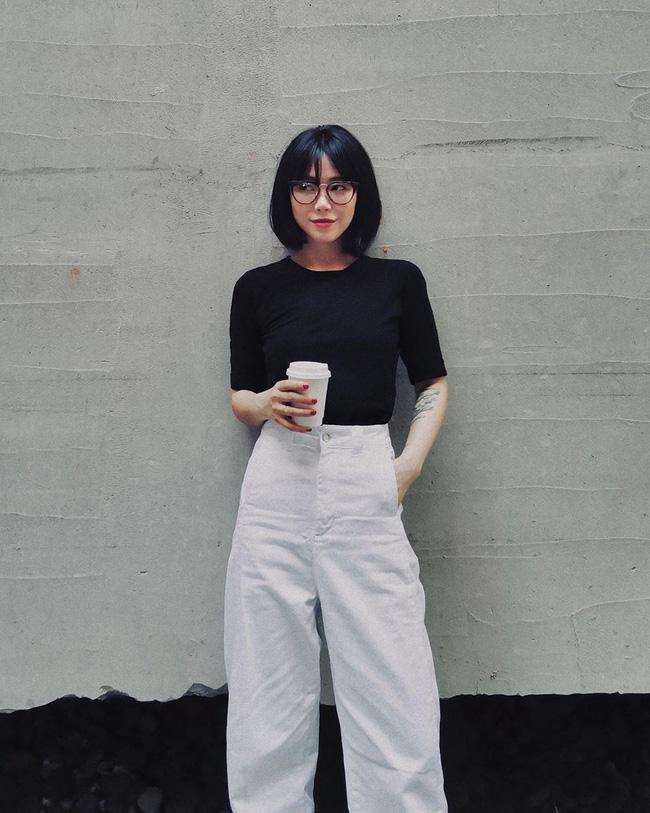 Thêm một minh chứng nữa cho thấy set đồ đen trắng chưa bao giờ làm các nàng thất vọng, nếu bí quá không biết mặc gì hôm nay, cứ diện áo phông trắng cùng quần đen hoặc ngược lại.