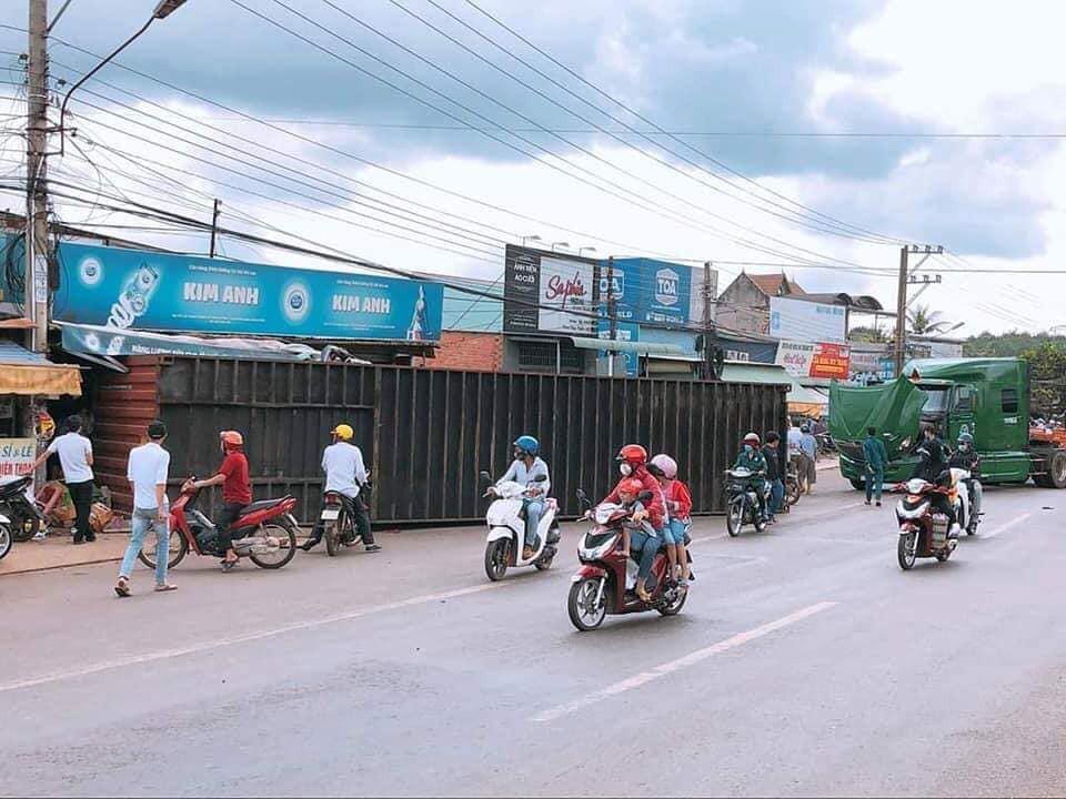 Thùng container rơi xuống đường khiến nhiều người kinh hãi.