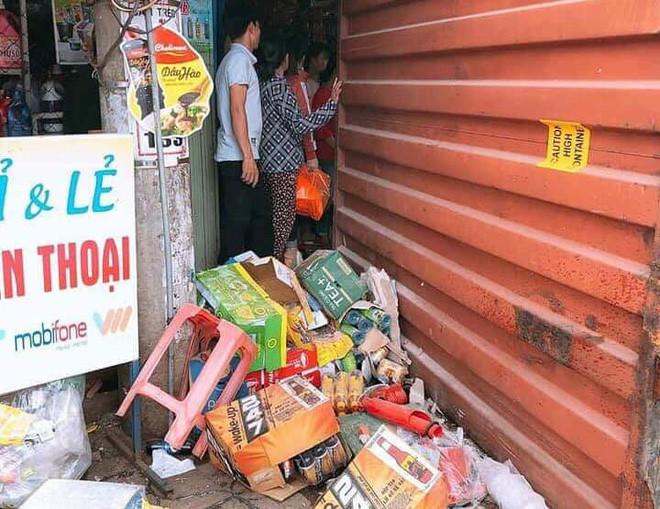 Xe máy bị đè bẹp nát, thùng container cũng làm hư hỏng cửa hàng tạp hoá.