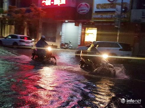 Mưa lớn suốt đêm, rất nhiều tuyến đường ở Đà Nẵng biến thành sông! 3