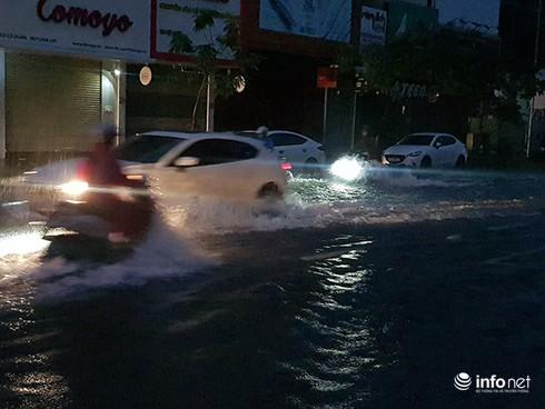 Nhiều con đường ngập khá sâu khiến giao thông khó khăn.