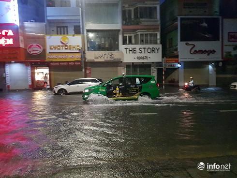 Mưa lớn suốt đêm, rất nhiều tuyến đường ở Đà Nẵng biến thành sông! 1