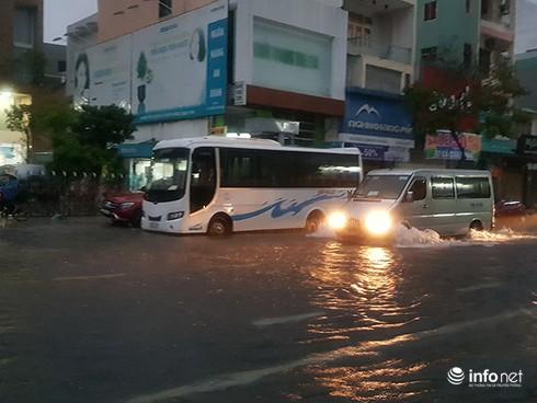 Mưa lớn suốt đêm, rất nhiều tuyến đường ở Đà Nẵng biến thành sông! 6