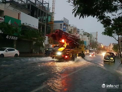 Mưa lớn suốt đêm, rất nhiều tuyến đường ở Đà Nẵng biến thành sông! 5