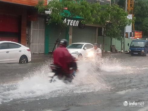 Mưa lớn suốt đêm, rất nhiều tuyến đường ở Đà Nẵng biến thành sông! 8