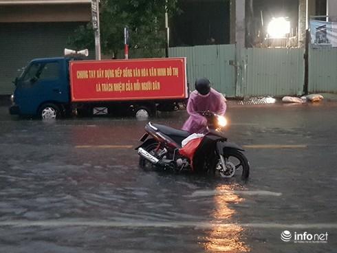 Mưa lớn suốt đêm, rất nhiều tuyến đường ở Đà Nẵng biến thành sông! 11