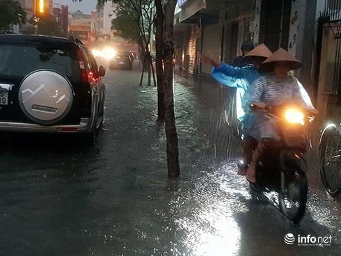 Mưa lớn suốt đêm, rất nhiều tuyến đường ở Đà Nẵng biến thành sông! 14