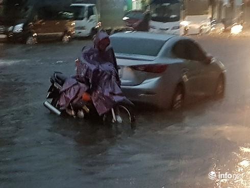 Mưa lớn suốt đêm, rất nhiều tuyến đường ở Đà Nẵng biến thành sông! 10