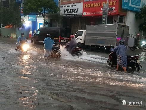 Mưa lớn suốt đêm, rất nhiều tuyến đường ở Đà Nẵng biến thành sông! 13