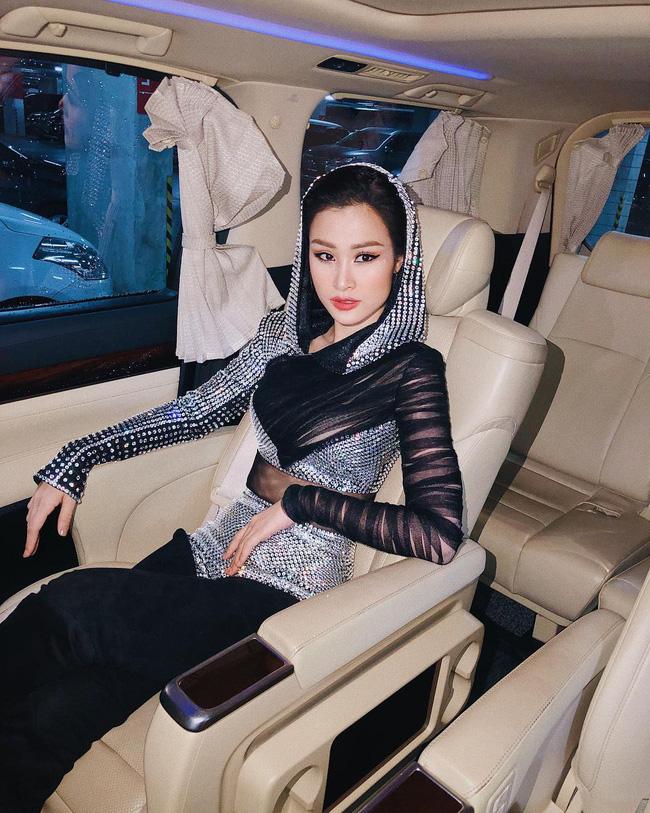Đông Nhi còn sở hữu riêng cho mình một chiếc xế hộp với nội thất cao cấp để phục vụ việc đi diễn.