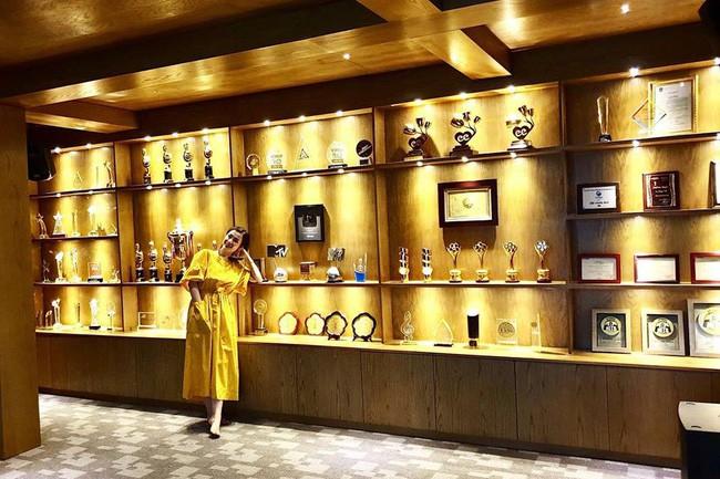 Không gian riêng để trưng bày các giải thưởng trong sự nghiệp tại nhà riêng của Đông Nhi khiến ai nhìn vào cũng trầm trồ.