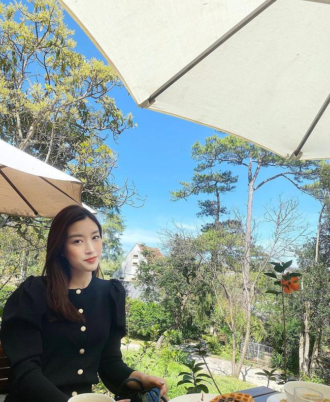 Áo blouse đen tay bồng, chất vải dày dặn là gợi ý không tồi cho những ngày đông nắng tưng bừng, hay diện đến văn phòng ấm áp cũng rất ổn. Item này mang đến vẻ yêu kiều, sang chảnh hết ý cho người diện.