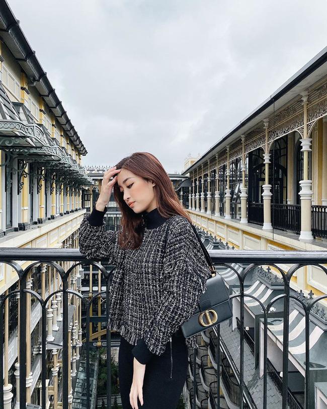 Ngắm Đỗ Mỹ Linh diện áo vải tweed rất thanh lịch, sang trọng mà không bị 'dừ', chị em sẽ muốn sắm vội một vài chiếc để style mùa lạnh cứ đẹp nữa, đẹp mãi.
