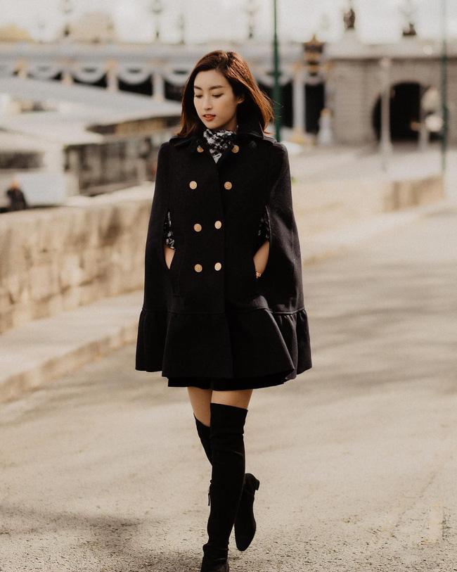 Diện áo khoác dáng váy + boots cao cổ, Hoa hậu Đỗ Mỹ Linh giống như một cô tiểu thư nhà 'trâm anh thế phiệt' đang rảo bước giữa trời tây.