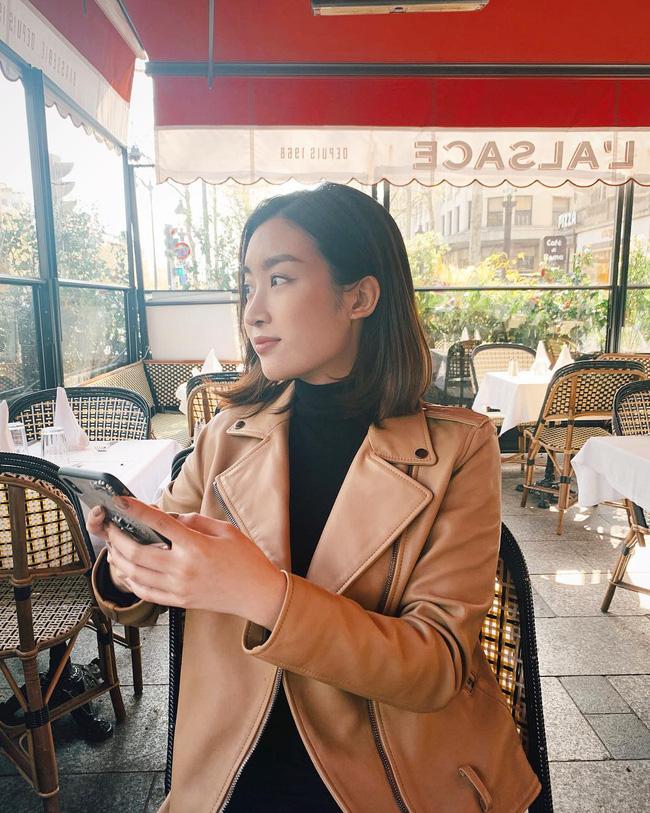 Mix áo thun cao cổ với áo khoác da, vẻ ngoài của bạn sẽ thời thượng và chất thôi rồi! Giống như Hoa hậu Đỗ Mỹ Linh vậy.