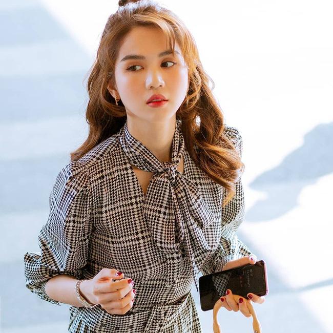 Ngay cả khi Ngọc Trinh để kiểu tóc không ăn điểm cho lắm, nét cổ điển và thanh lịch của váy nơ buộc cũng đủ sức phù phép cho tổng thể trở nên đẹp mắt, cuốn hút.