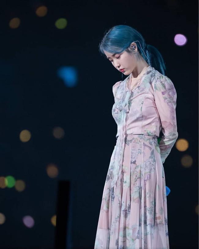 'Em gái quốc dân' IU đẹp siêu thực khi để tóc xanh sương khói và diện váy nơ buộc, họa tiết hoa, chất vải nhẹ tênh, bay bổng khiến ai cũng muốn sắm ngay cho mình một chiếc đầm giống hệt.