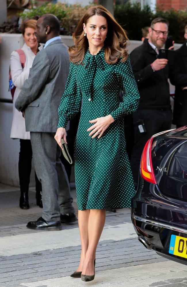 Như đã nói ở trên, nét cổ điển, tinh tế của váy buộc nơ cổ đã chinh phục được rất nhiều mỹ nhân nổi tiếng mặc đẹp, trong đó có Công nương Kate kiêm biểu tượng thời trang Anh Quốc.