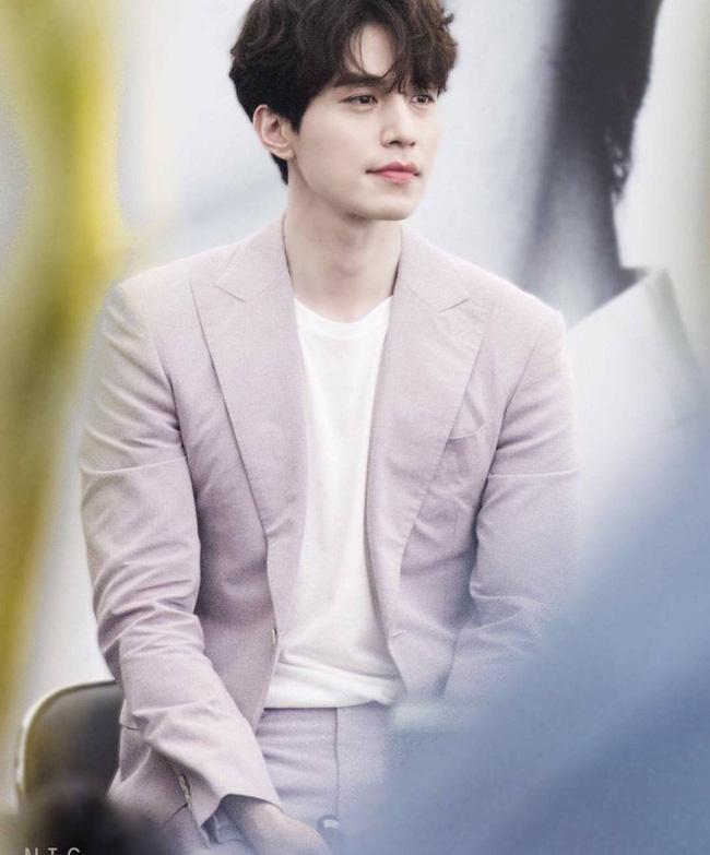 'Thần chết' Lee Dong Wook lại 'gây bão' với hình ảnh điển trai năm 18 tuổi, nhưng bất ngờ nhất là khi so sánh với nhan sắc hiện tại 3