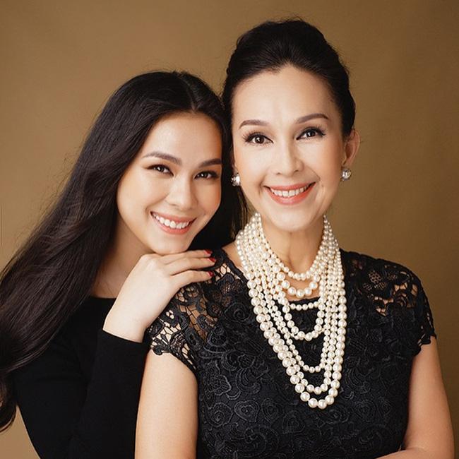 Thùy My chụp ảnh cùng mẹ Diễm My.