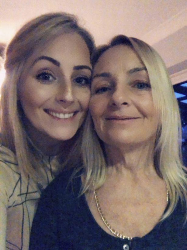 Lauren và mẹ là bà Julie.