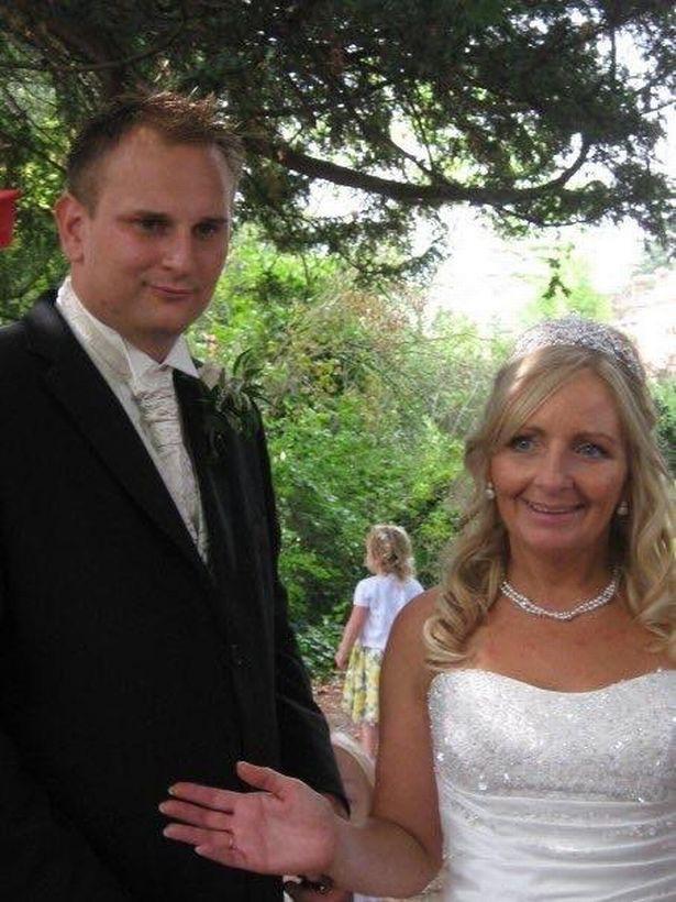 Bà Julie và con rể trong ngày cưới.